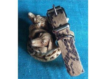 Beige läder halsband med orm mönster tryck .Fräckt ! Helt nytt. 19,5 cm- 25,5cm. - Ed - Beige läder halsband med orm mönster tryck .Fräckt ! Helt nytt. 19,5 cm- 25,5cm. - Ed