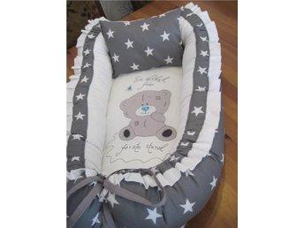 Javascript är inaktiverat. - Lessebo - Helt nytt Babynest i grå med vita stora tjärnor mönster. Passar båda till flickan eller pjocke . Perfekt att ha mellan er i sängen, spjälsängen eller vagnen så att bebisen får sova lite trångt som den är van vid att göra i magen. Ell - Lessebo
