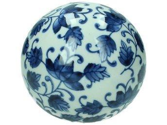 Javascript är inaktiverat. - örebro - Vackert dekorationsklot i keramik. Fint som blickfång i en bokhylla eller på ett avlastningsbord. Lyfter ett vackert stilleben med sitt snygga blåvita mönster. Passar utmärkt tillsammans med trä och guldfärg! Även snyggt att använda uto - örebro