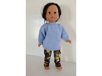 Javascript är inaktiverat. - Borgholm - Ett set med tröja och byxa till dockan som passar till dockor ca 30 cm. Tröjan är stickad i ren ull, materialet är 100% Superwash Merino. Byxan är sydd i bomullstyg. Måtten är enligt bilden nr 2 och 3. Tröjan och byxorna är designade,  - Borgholm