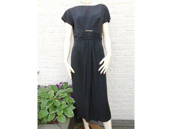 Vintage retro svart klänning cocktailklänning elegant spänne släp fram 50- tal 748264f54201b