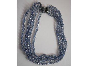 """Javascript är inaktiverat. - Mora - Halsband , flerradigt , blå toner . . . . bra skick. längd ca 45-50 cm, materialet känns glasaktigt i """"pärlorna"""" Betalningsuppgifter finns i vinnarmailet från Tradera. Skickar till den adress köparen angivit på Tradera Köper ni fler objekt  - Mora"""
