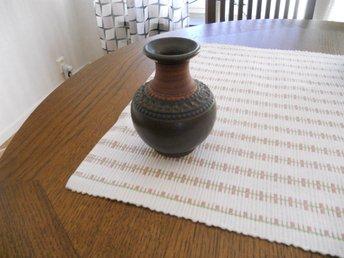 Javascript är inaktiverat. - Brämhult - Säljer en mycket vacker keramikvas tillverkad av Klase keramik i Höganäs.Höjden på vasen är 12cm och diam. på bredaste stället är 10cm. Vasen är förmodligen från 50/60 tal. Jag sponsrar frakten lite så att du betalar 30kr i frakt! - Brämhult