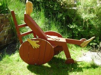 Skulptur i trä med hjul, av kända konstnären Lenny Clarhäll - Södertälje - Skulptur i trä med hjul, av kända konstnären Lenny Clarhäll - Södertälje