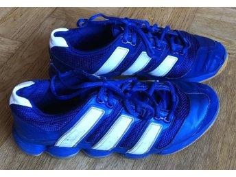 ab3ff80d1be Adidas Stabil blå/vit handballsskor inomhusskor.. (341816459) ᐈ Köp ...