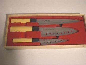 Javascript är inaktiverat. - Norsborg - 3 nya Japanska kock knivar, Stainlees steel 3 CR-13. Det är 3 knivar i olika storlekar i en träbox. Längden är 33 cm, 30 cm och 24 cm. Titta på mina övriga auktioner www.tradera.com/auktioner/sicofynd Varan skickas med Schenker som rekome - Norsborg