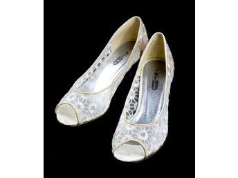 St 39 Nyskick, använda 1 gång! Vita skor i tyg. Pumps. Nypris 340 kr