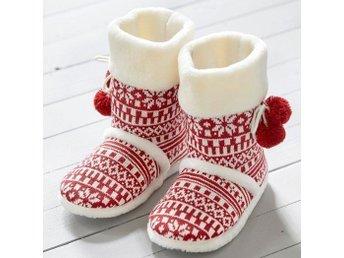 Javascript är inaktiverat. - Hyssna - Dessa mysiga tofflor kommer hålla dina fötter varma. Både fot och skaft är fodrade med värmande fleece som håller värmen på kalla och dragiga golv. Stickad utsida i klassiskt mönster och med dekorativa tofsar. Storlek 38/39. - Hyssna