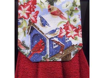 Spishandduk. Fågel Fåglar söker mat vid fågelholken i snö. Röd frotté handduk. - Grytgöl - Spishandduk. Fågel Fåglar söker mat vid fågelholken i snö. Röd frotté handduk. - Grytgöl