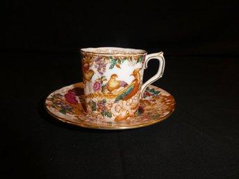 """Javascript är inaktiverat. - Borås - Detta är en kaffekopp från Engelska """"Royal Crown Derby"""" med en dekor av påfåglar och blommor. Koppen är 6 cm hög och 6 cm i diameter, fatet är 12 cm i diameter. Fint skick. Benporslin. Stämpel i botten. Titta gärna på våra övriga aukt - Borås"""