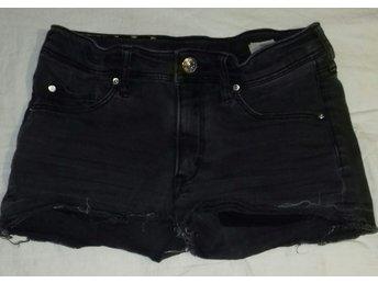 Javascript är inaktiverat. - Stora Sundby - Urblekt svarta jeansshorts i femficksmodell med ofållade benslut. Stl 152. Ftån &Denim - Stora Sundby