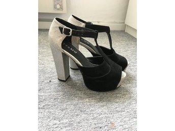 högklackade skor med platå