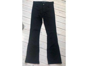 Javascript är inaktiverat. - Stavsnäs - Svarta snygga bootcut MIH jeans i stl 28-33Nypris ca 2000:-Fina favoriter! De snyggaste jeansen!Välkommen med ditt bud! - Stavsnäs