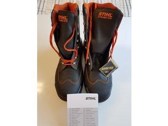 Javascript är inaktiverat. - Falköping - Helt nya sågskyddskänga Stihl Dynamic GTX storlek 43 ! Pris i affär ca 2700:- !!! Svarta sågskyddskängor från Stihl med yttermaterial av vattenavvisande läder i kombination med ett vattentätt och andningsaktivt membran i Gore-Tex Exte - Falköping