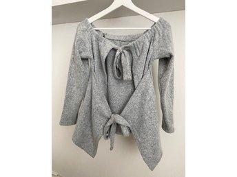 Stickad tröja med fin knytning i ryggen (419192006) ᐈ Köp