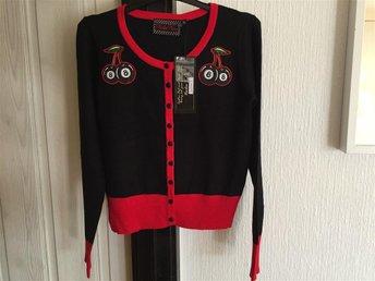 "Cardigan stl S ""Cherry 8 ball knit black"" Voodoo Vixen Rockabilly 50-tal - Höör - Cardigan stl S ""Cherry 8 ball knit black"" Voodoo Vixen Rockabilly 50-tal - Höör"
