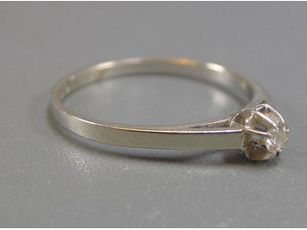 ENSTENSRING, 0,06ct, 18K, Ø: 18,5mm, 1,93g, briljant 0,06ct, vitguld, b: 1,8 - 4