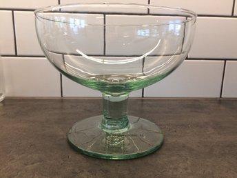 Javascript är inaktiverat. - V Frölunda - Har tröttnat på dennaÅtervunnet glas. Jättegott skick. Höjd: 17,5 cmDiameter skål: 20,5 cm - V Frölunda