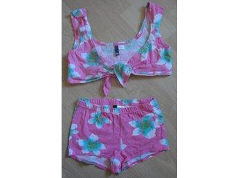 Supersnygg topp shorts cerise blommig från HM Divided - Järfälla - Supersnygg topp shorts cerise blommig från HM DividedoanvändStorlek: shorts 34, topp 38cm95 % bomull, 5% elastin- Glöm inte att kika på allt annat snyggt jag lagt upp på Tradera, via länkhttp://www.tradera.com/auktioner/FASHION_QUEENVar - Järfälla