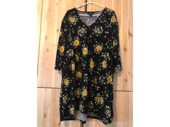 Monki blommig klänning strl L (405525384) ᐈ Köp på Tradera