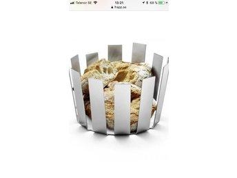 Javascript är inaktiverat. - Jönköping - Bröd / Fruktkorg / Skål. Design: zAck, från serien: Tosto. Otroligt snygg och elegant . Stabil och vacker även som inredningsdetalj. Praktisk: låter frukt och bröd att andas. Butikspris: 1285. Använd men är i fint skick, därav prise - Jönköping