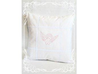 Fint vitt kuddfodral med ängel i rosa broderi och spets *Shabby chic* - Sala - Fint vitt kuddfodral med ängel i rosa broderi och spets *Shabby chic* - Sala