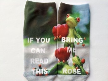 "Roliga strumpor med texten  "" If you can read this bring me a rose"" Groda"