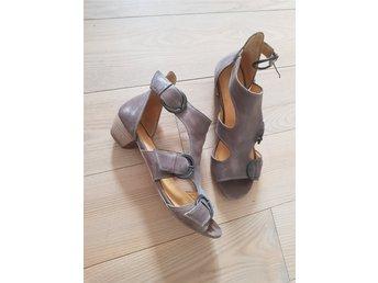 Javascript är inaktiverat. - Munka Ljungby - Mycket fina sandaler som bara är använda vid ett tillfälle, storlek 38, liten klack, färg beige, märke Via Vai. - Munka Ljungby