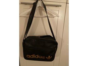 Adidas klassisk väska i svart med guldtext