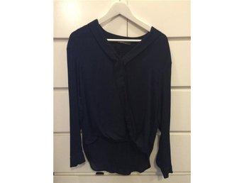 Skjorta med omlottdetalj fram. Marinblå. - Luleå - Skjorta med omlottdetalj fram. Marinblå. - Luleå