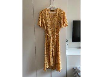 Blommig klänning från KappAhl i storlek S (423100648) ᐈ Köp