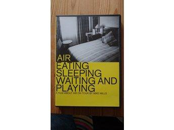 AIR: Eating, Sleeping, Waiting and Playing - Vetlanda - A Film About AIR on Tour By Mike Mills. 75 min. Region 2. Mycket bra skick på skiva och fodral. - Vetlanda