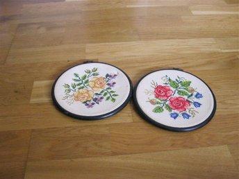 Två vackra broderade runda tavlor - Skene - Två vackra broderade runda tavlor - Skene