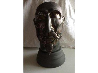 Javascript är inaktiverat. - Glemmingebro - Skulpterat huvud monterat på drejad sockel i stengods, ca 30 cm hög. - Glemmingebro