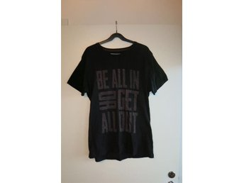 "Svart t-shirt med tryck ""Be all in or get all out"" stl M - perfekt till våren!"