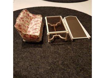 Vardagsrum Retro : Möbler dockskåp vardagsrum retro vintage delar soffa bord spegel på