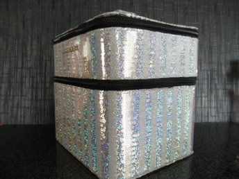 VICTORIA SECRET SILVER STRIPES MAKEUP TRAIN CASE JULKLAPPSTIPS ***FYNDA***