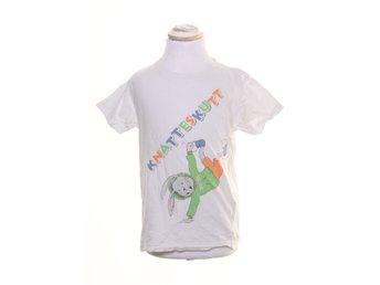 Javascript är inaktiverat. - Stockholm - Knatteskutt, T-shirt, Strl: 110, Färg: Vit, Flerfärgad, Storlek saknas, uppskattas till: 110Varan är i normalt begagnat skick. Vissa tecken på användning finns (Något nopprig på mage) Skick: Varan säljs i befintligt skick och endast de - Stockholm