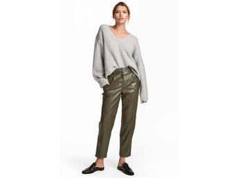 Javascript är inaktiverat. - Uppsala - Gröna byxor från H&M Fusk skinn! storlek 36 Fint skick som nya! 5-pocket, ankle-length trousers in imitation leather with an extended waistband with a concealed button and zip fly with concealed hook-and-eye fasteners. Side pockets, welt back  - Uppsala
