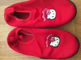 Badskor m Hello Kitty strl 30/31
