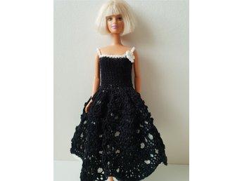 Vacker svart stickad klänning med vit underkjol (338388589) ᐈ Köp ... 8a25d286b3bb5