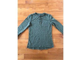 Javascript är inaktiverat. - Brämhult - Kanonfin grön Hilfiger tröja. Sparsamt använd så finns inget att anmärka på. Har matchande jeans i en annan annons. Samfraktar givetvis. - Brämhult