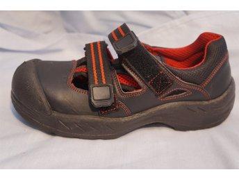 Javascript är inaktiverat. - Norrtälje - Svarta Skydds skor med röda markerade sömmar i hög säkerhetsklass, Karborr knäppning, ventilerade. Unisex. Design Ejendals. Storlek 41. - Norrtälje
