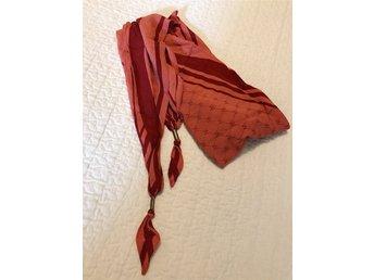 Javascript är inaktiverat. - Stockholm - Säljer min orange/röda scarf från WERA. Den är 170cm lång och triangelformad. Den är oanvänd och som ny i skicket. Den är ifrån ett rök- och djurfritt hem och inköptes i somras till ett nypris av 799kr. Perfekta under sommaren, hös - Stockholm