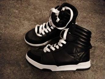 ed79ad80c0ec HELT NYA pojk skor storlek 33 (339339214) ᐈ Köp på Tradera