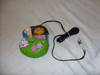 Jakks Pacific Inc Nickelodeon barn tv spel Nick Jr & Dora The Explorer 2005 - överkalix - JAKKS PACIFIC NICKELODEON NICK JR & DORA THE EXPLORER - 2005 Viacom InternationalVintage TV Spel retro för barn som ansluts till TVn, drivs med 4 st AA batterier (batterier medföljer inte) - Enheten är testad och fungerar.TV spelet är i f - överkalix