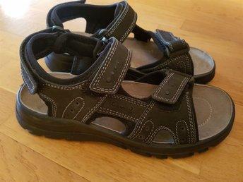 Javascript är inaktiverat. - Stockaryd - Helt nya kvalitéts sandaler storlek 41 Nypris 399 kr Samfraktar för billigare frakt - Stockaryd