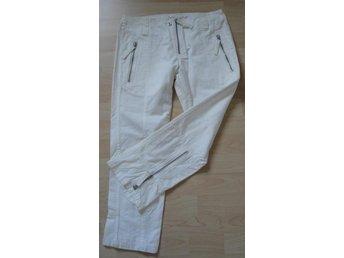 Javascript är inaktiverat. - Järfälla - Super snyggt puder vit jeans pirat byxa fina detaljer från J LindebergNy Storlek: 28, runt midja 80cm, gren 22cm, längd från gren 62cm, benvidd 20cm100 % bommull- Glöm inte att kika på allt annat snyggt jag lagt upp på Tradera, via län - Järfälla