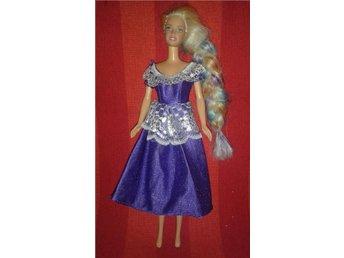 Barbie i lila klänning med spets och hår i färgade slingor. - Tumba - Barbie i lila klänning med spets och hår i färgade slingor. - Tumba