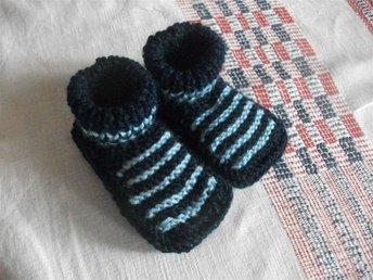 Stickade babyskor i blåa färger - Dingle - Stickade babyskor i blåa färger - Dingle